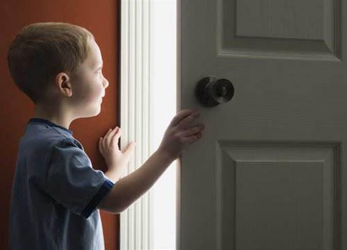 ما هو التصرف الصحيح إذا شاهد الطفل والديه يمارسان العلاقة الحميمة؟