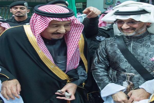 بالفيديو والصور  الملك سلمان بن عبد العزيز يرقص مع الوليد بن طلال