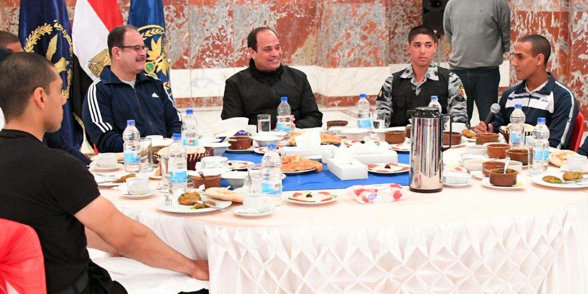 شاهد بالصور| الرئيس السيسي يتناول فطاره مع طلاب كلية الشرطة