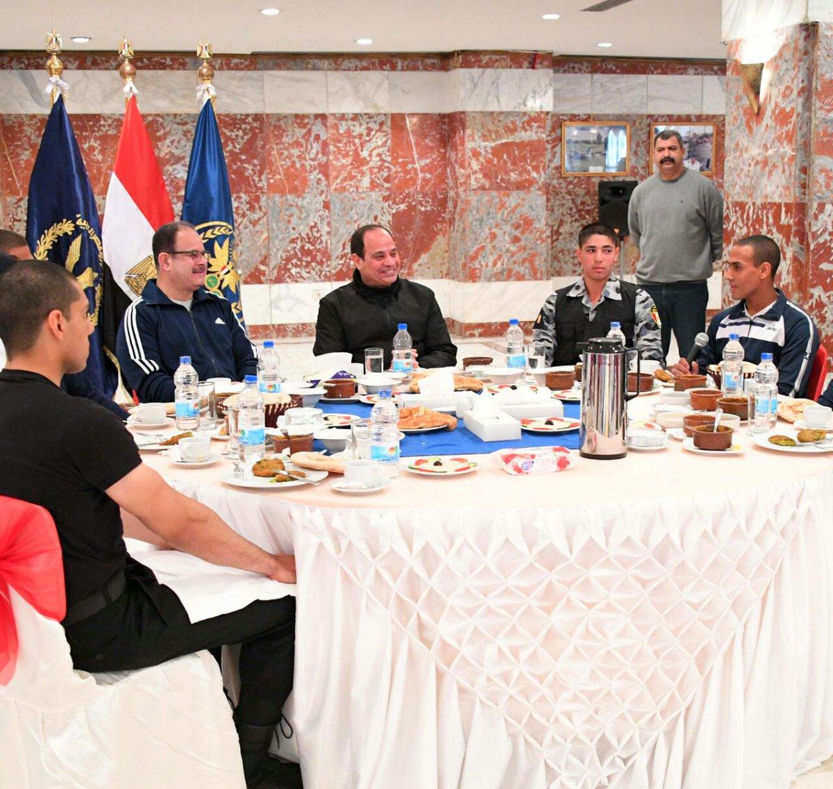 شاهد بالصور| الرئيس السيسي يتناول فطاره مع طلاب كلية الشرطة 4