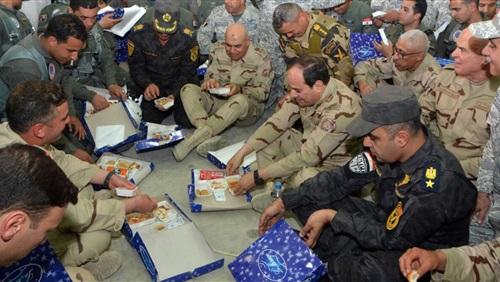 السيسي يرتدي البدلة العسكرية ويتناول الإفطار على الأرض مع أبطال سيناء.. ويوجه أقوى رسائله (صور)