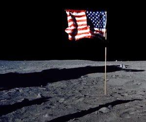 العلم الأمريكي على سطح القمر