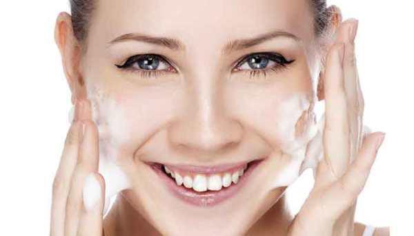 العناية بالبشرة الدهنية وحب الشباب وصفات طبيعية لنضارة الوجه