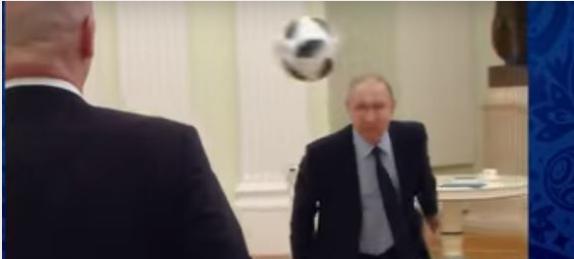 بالفيديو: بوتين يظهر مهاراته الكروية في أحد القصور الرئاسية