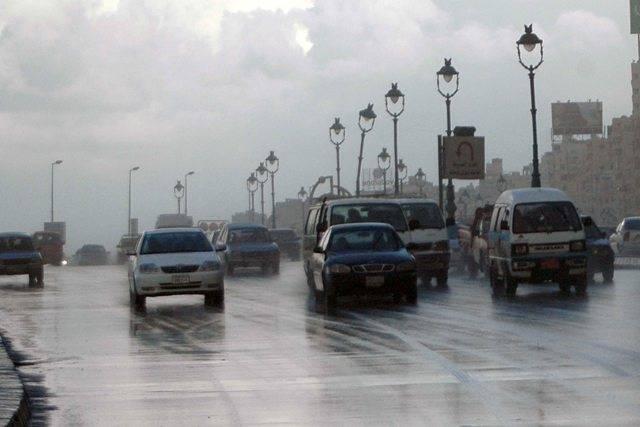 """الأرصاد الجوية تحذر المواطنين وتؤكد انخفاض درجات الحرارة بمعدل """"10"""" درجات.. وسقوط أمطار ورياح رملية على المحافظات التالية"""