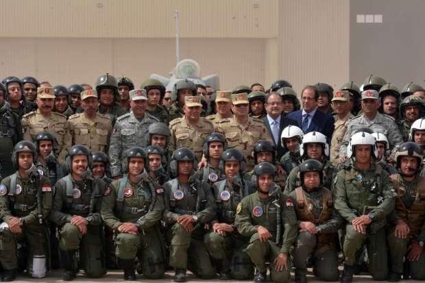 السيسي يرتدي البدلة العسكرية ويتناول الإفطار على الأرض مع أبطال سيناء.. ويوجه أقوى رسائله (صور) 1