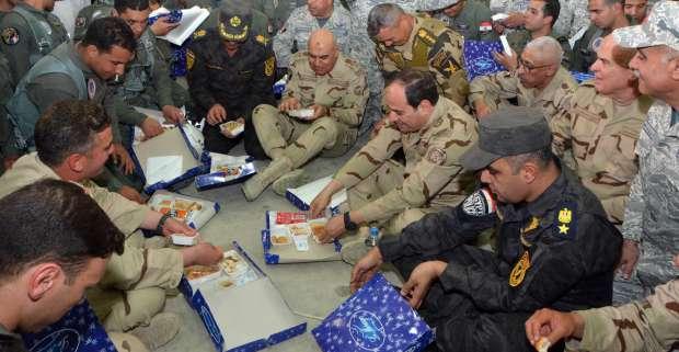 السيسي يرتدي البدلة العسكرية ويتناول الإفطار على الأرض مع أبطال سيناء.. ويوجه أقوى رسائله (صور) 2