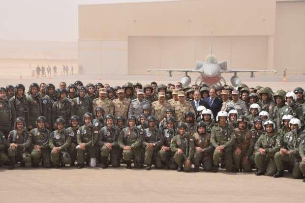 السيسي يرتدي البدلة العسكرية ويتناول الإفطار على الأرض مع أبطال سيناء.. ويوجه أقوى رسائله (صور) 3