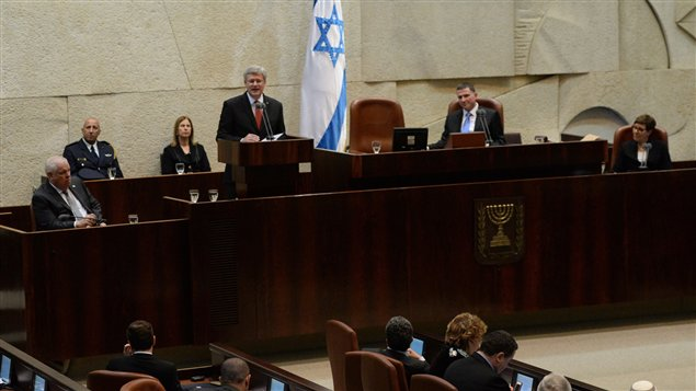 """نائب في الكنيست الإسرائيلي يسخر من """"المسلمين"""".. ونائب عربي يرد: """"طز فيك"""""""