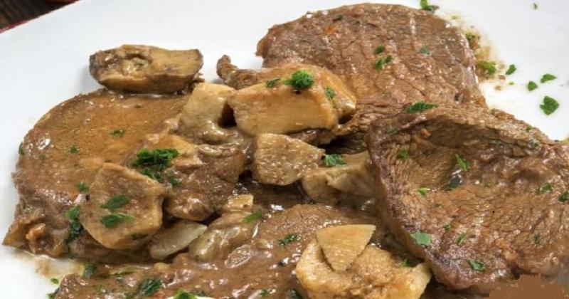 بيكاتا اللحم بالمشروم مع البصل المكرمل