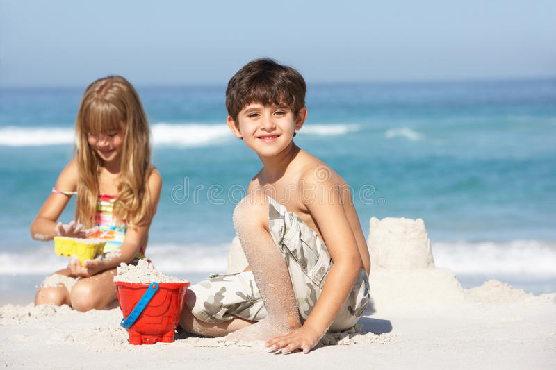 أساسيات في شنطة البحر لابد من تواجدها معك لسلامة طفلك