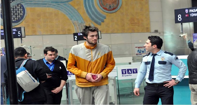 لاعب كرة سلة تركى يعيش بمطار أتاتورك .. ويحلم بالسفر إلى الولايات المتحدة