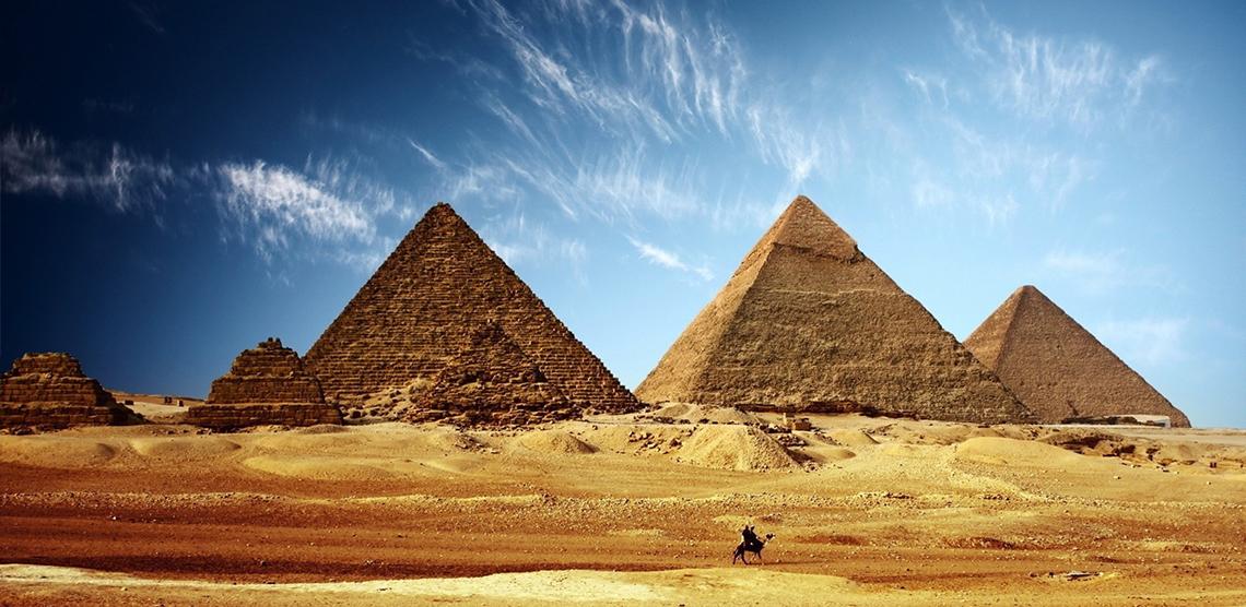 باحثون يقدمون دليل قاطع على أن مخلوقات فضائية قامت ببناء الأهرامات على حد زعمهم