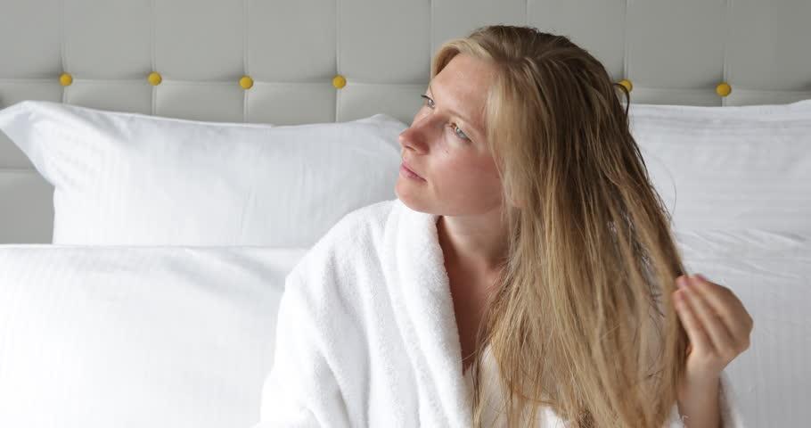 كيفية العناية بالشعر الجاف بعد الاستحمام