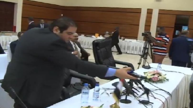 بالفيديو.. شاهد رد فعل الوفد المصري في مفاوضات سد النهضة مع قناة الجزيرة