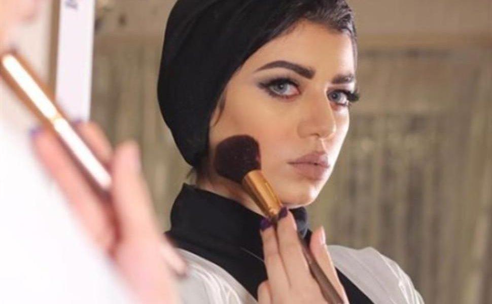 زوج نجلاء عبدالعزيز يثير ضجة في مواقع التواصل بعد محاولة الكشف عنه