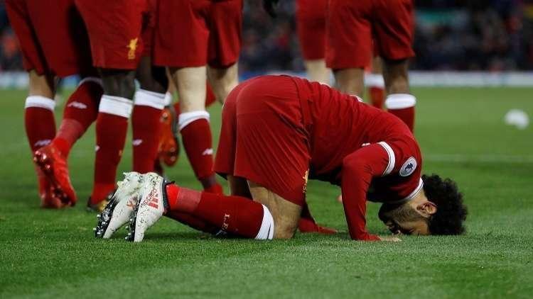 بالفيديو| مذيعة CNN تسأل محمد صلاح: لماذا تقبل الأرض بعد تسجيل الأهداف. واللاعب يرد