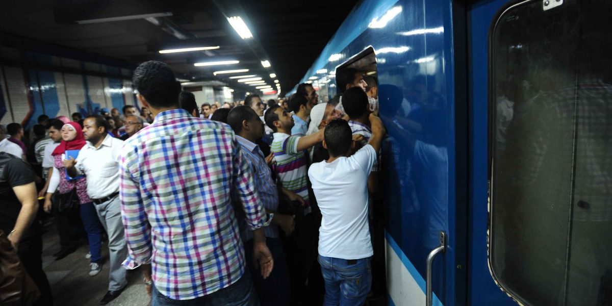 """أغرب زفاف داخل مترو الأنفاق في رمضان.. والجمهور: """"الحمدلله لقينا حل لمشكلة القاعة"""" !!"""
