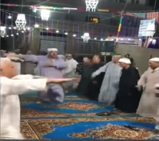 الأوقاف توقف إمام مسجد وموظفين بمديرية الاوقاف بالدقهلية على خلفية قيام أشخاص بالرقص داخل مسجد -فيديو-