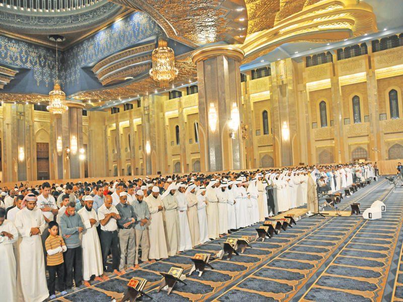 """""""سباق جري بين المصلين"""".. فيديو مثير للجدل في إحدى مساجد الكويت !!"""