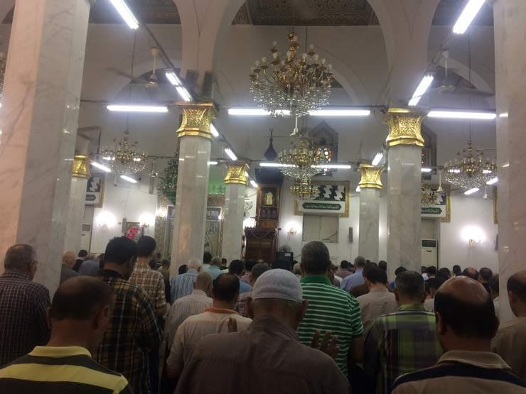 """بالتفاصيل..""""شاب"""" يقتحم مسجد بالمنيا ويطعن المصليين بالسكين أثناء صلاة التجهد !!"""