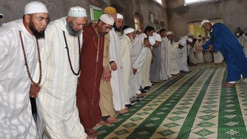 """بالفيديو.. """"طقوس صلاة غريبة"""" داخل مسجد في مصر تثير جدل واسع على السوشيال ميديا"""