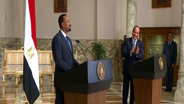 """رئيس وزراء أثيوبيا ينفذ طلب الرئيس السيسي و""""يحلف"""" باللغة العربية أمام الإعلام"""