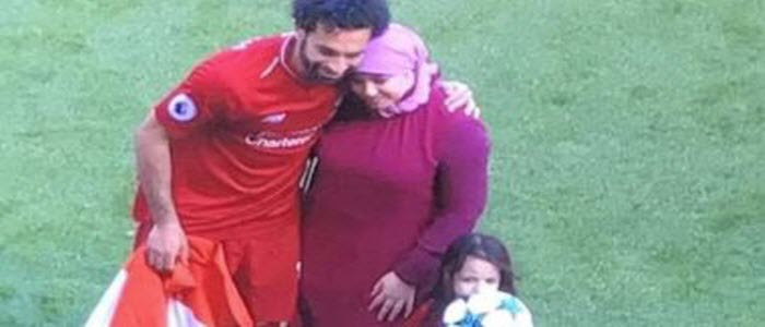 زوجة محمد صلاح تعود لقرية نجريج  برفقة ابنتها مكة.. وحماها يستقبلها في المطار
