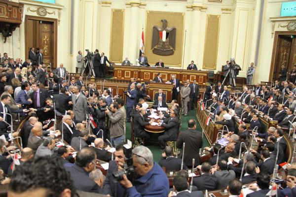 رئيس مجلس النواب المصري يتحدث مجددا عن تصديه لمؤامرة إسقاط البرلمان ويهدد بإسقاط عضوية نواب المعارضة