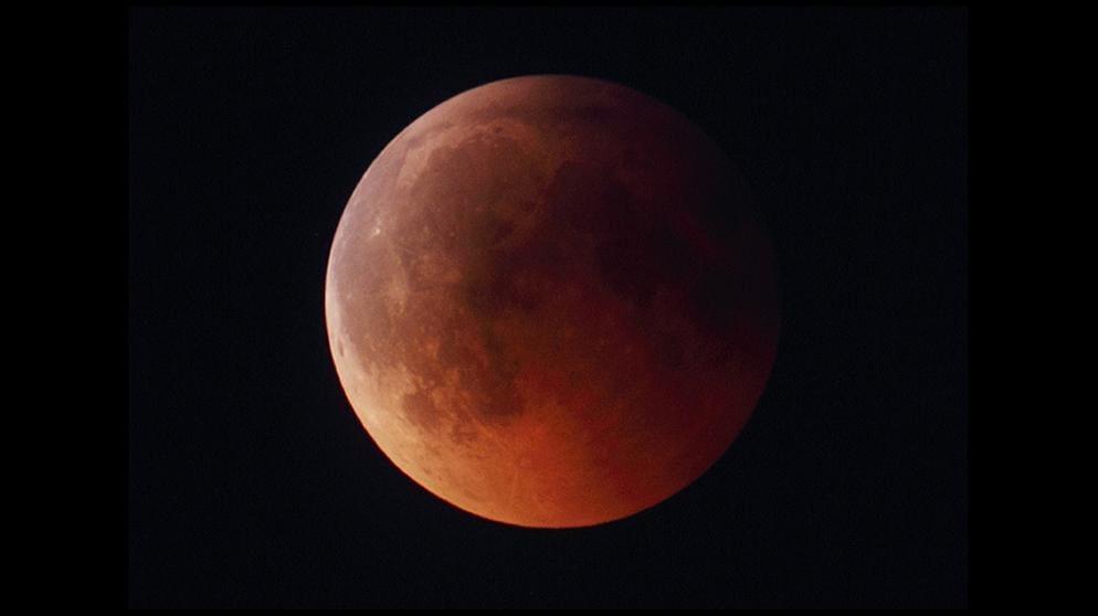 استمرار ظاهرة خسوف القمر لمدة ساعة و43 دقيقة يوم الجمعة