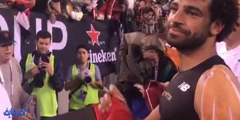 محمد صلاح يوقع لجماهير الريدز على قمصانهم