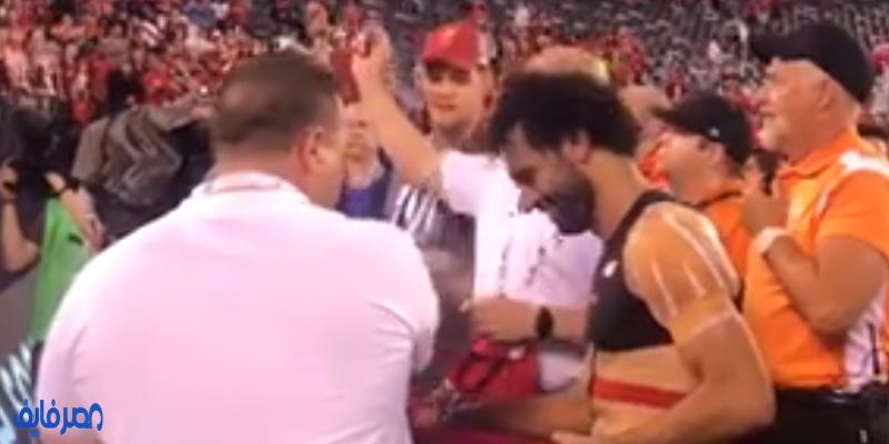 محمد صلاح يوقع لجمهور ليفربول على قمصانهم