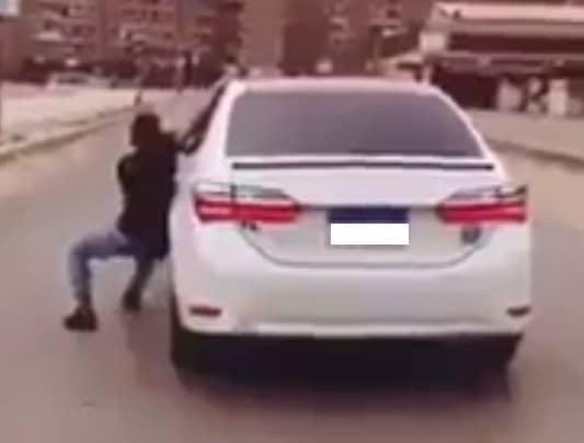 شاهد| للمرة الأولى في مصر.. القبض على بطل فيديو رقصة «كيكي» في الطريق العام