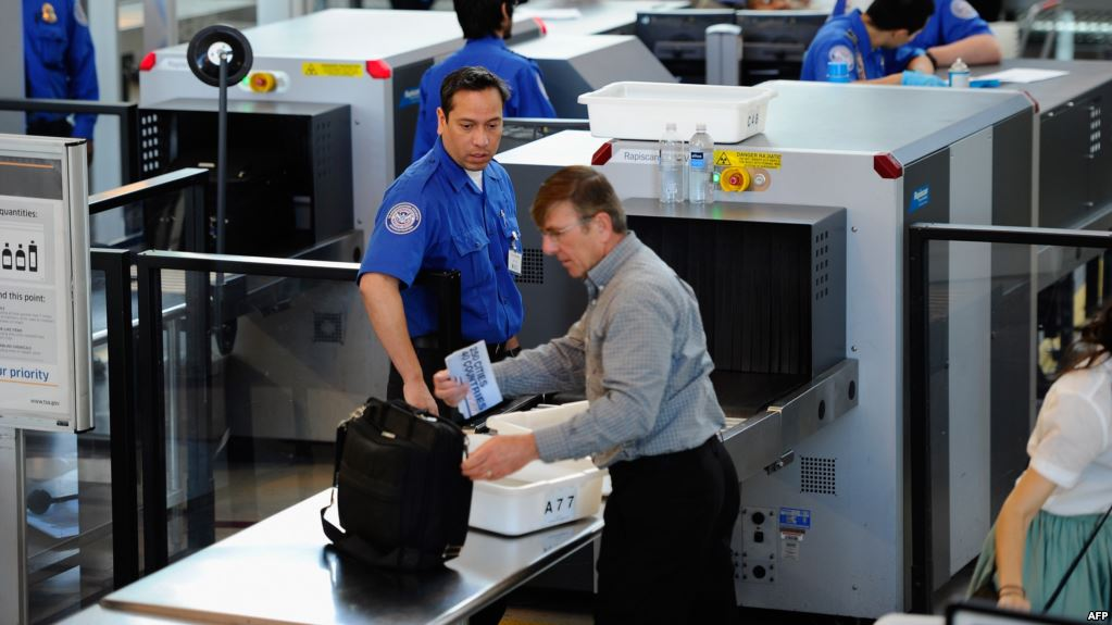 """""""طوارئ في المطار"""".. بعد إكتشاف قنبلة في حقيبة سائحة أمريكية"""