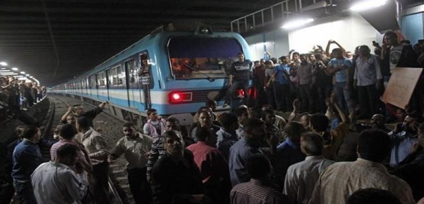 """عاجل وبالصور.. شباب يقطعون الطريق أمام مترو الأنفاق بالقاهرة و """"المترو يتوقف إجباريًا"""" !!"""
