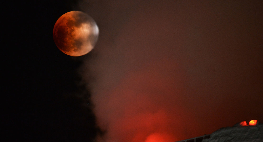 """غدًا.. مصر على موعد مع """"ظاهرة فلكية"""" نادرة لم تحدث منذ 100 عام.. والخبراء: """"القمر الدموي يظهر من جديد"""""""