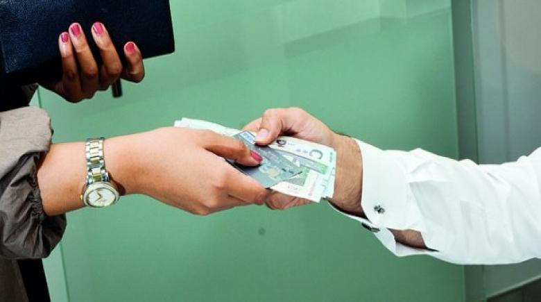 الإفتاء توضح.. هل يجوز للزوجة الآخذ من مال الزوج دون علمه؟