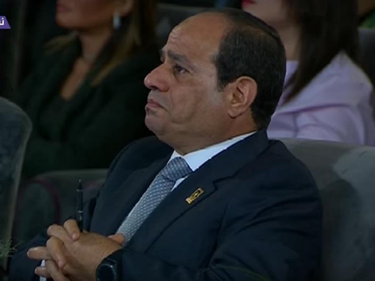 """بالصور والفيديو.. الرئيس السيسي يدخل في """"نوبة بكاء"""" أمام الحضور والكاميرات"""