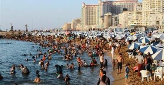 المواطنون زحفوا إلى «شاطىء الموت» بإرادتهم رغم تعليمات المحافظ.. ماذا حدث في النخيل بعد قرار إغلاقه!!