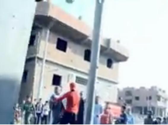 شاهد.. منى العراقي تتعرض للاعتداء أثناء محاولتها كشف سر قرية «البرادعة»