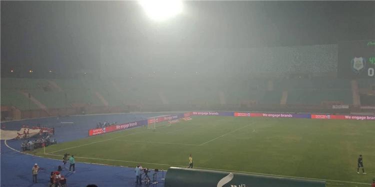 """لن تصدق.. """"سبب غريب"""" وراء ظهور الدخان الكثيف في مباراة الأهلي والإسماعيلي"""