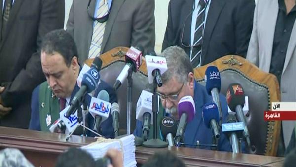 بالفيديو  لحظة النطق بالحكم على البلتاجي وحجازي بالإعدام شنقا في فض رابعة والمؤبد لـ بديع