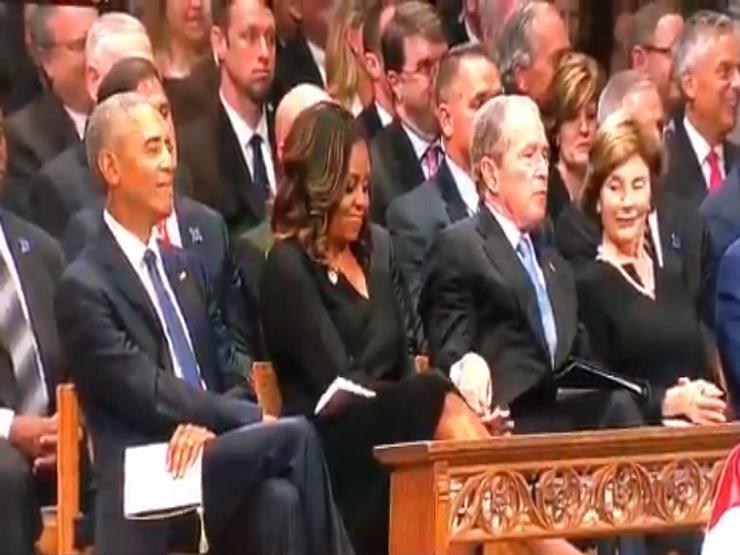شاهد بالفيديو كيف أحرج جورج بوش ميشيل أوباما زوجة الرئيس الأمريكي السابق خلال جنازة جون ماكين