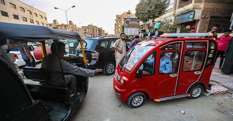 بالصور | توك توك كهربائي وله 4 أبواب وشبابيك ويسير على 4 عجلات يغزو مصر قريبًا