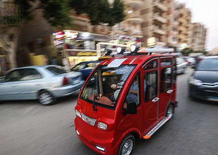 بالصور توك توك كهربائي وله 4 أبواب وشبابيك ويسير على 4 عجلات يغزو