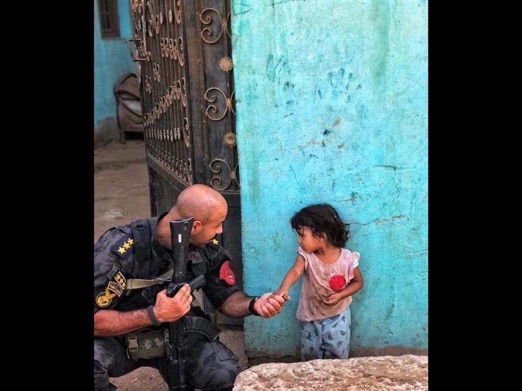 """""""صورة بألف معني"""" قصة صورة الضابط وطفلة تاجر المخدرات: عندما غلبت الإنسانية الميري"""