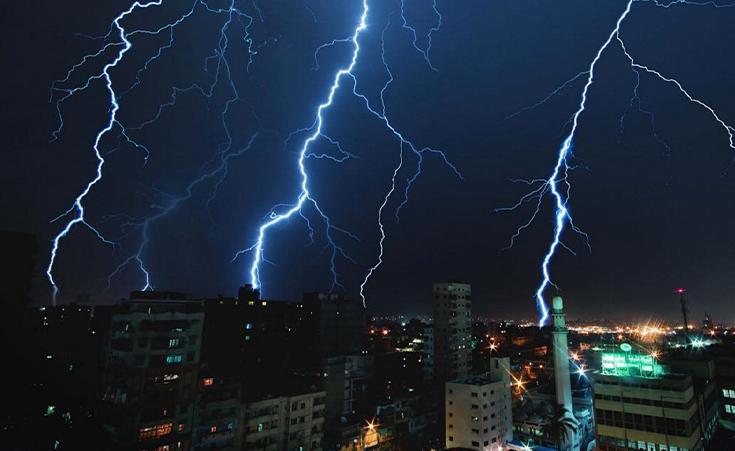 """""""عاصفة قوية"""" تضرب البلاد وأمطار غزيرة ورعدية وبرودة قارسة.. """"الأرصاد"""" تحذر في بيان رسمي من تقلبات مفاجئة في الطقس وتحدد موعدها"""