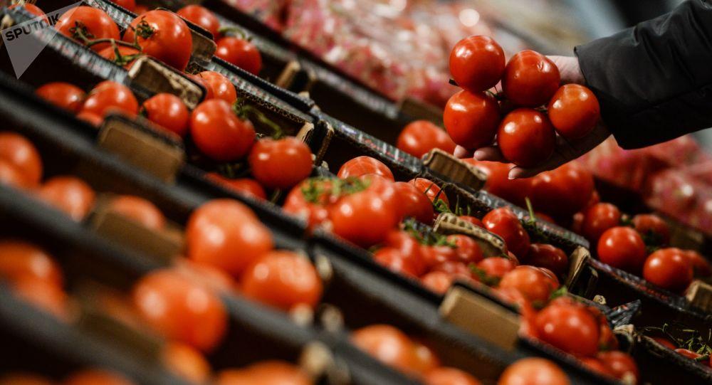 عاجل.. أول بيان رسمي من الحكومة حول إنتشار طماطم مسمومة في السوق المصري