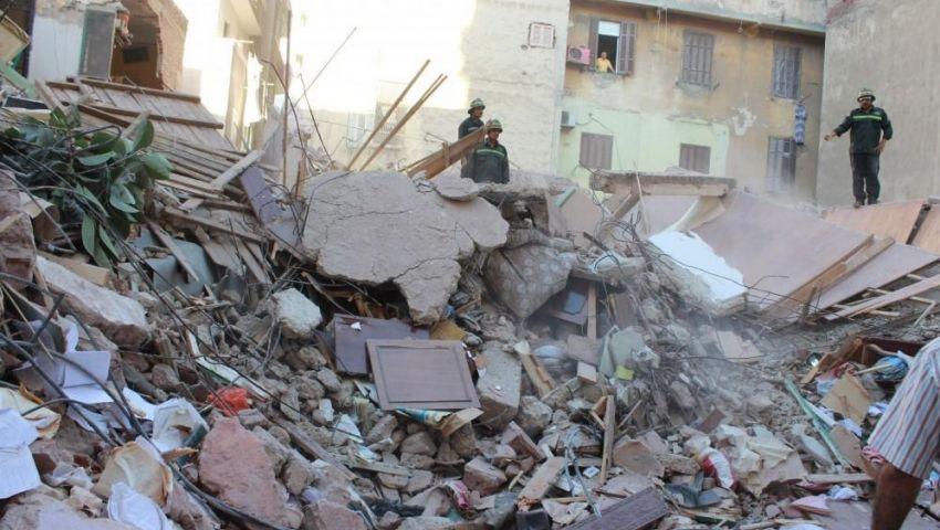 """عاجل.. إنهيار """"عقار كرموز"""" بالإسكندرية منذ قليل.. وأنباء عن وجود إصابات والأهالي ترفض إخلاءه"""
