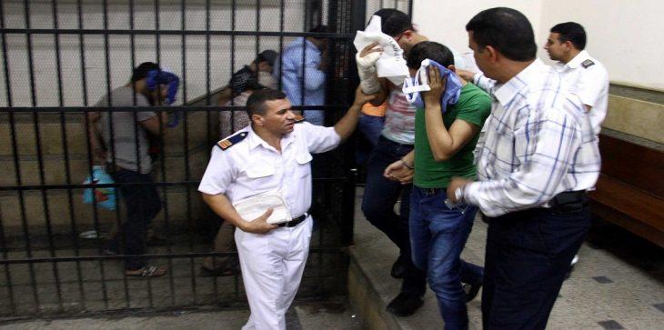الإطاحة بمسؤولين بارزين مصريين بقضايا رشاوى مالية وعطايا مادية